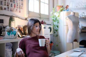mujer taza cafe embarazo