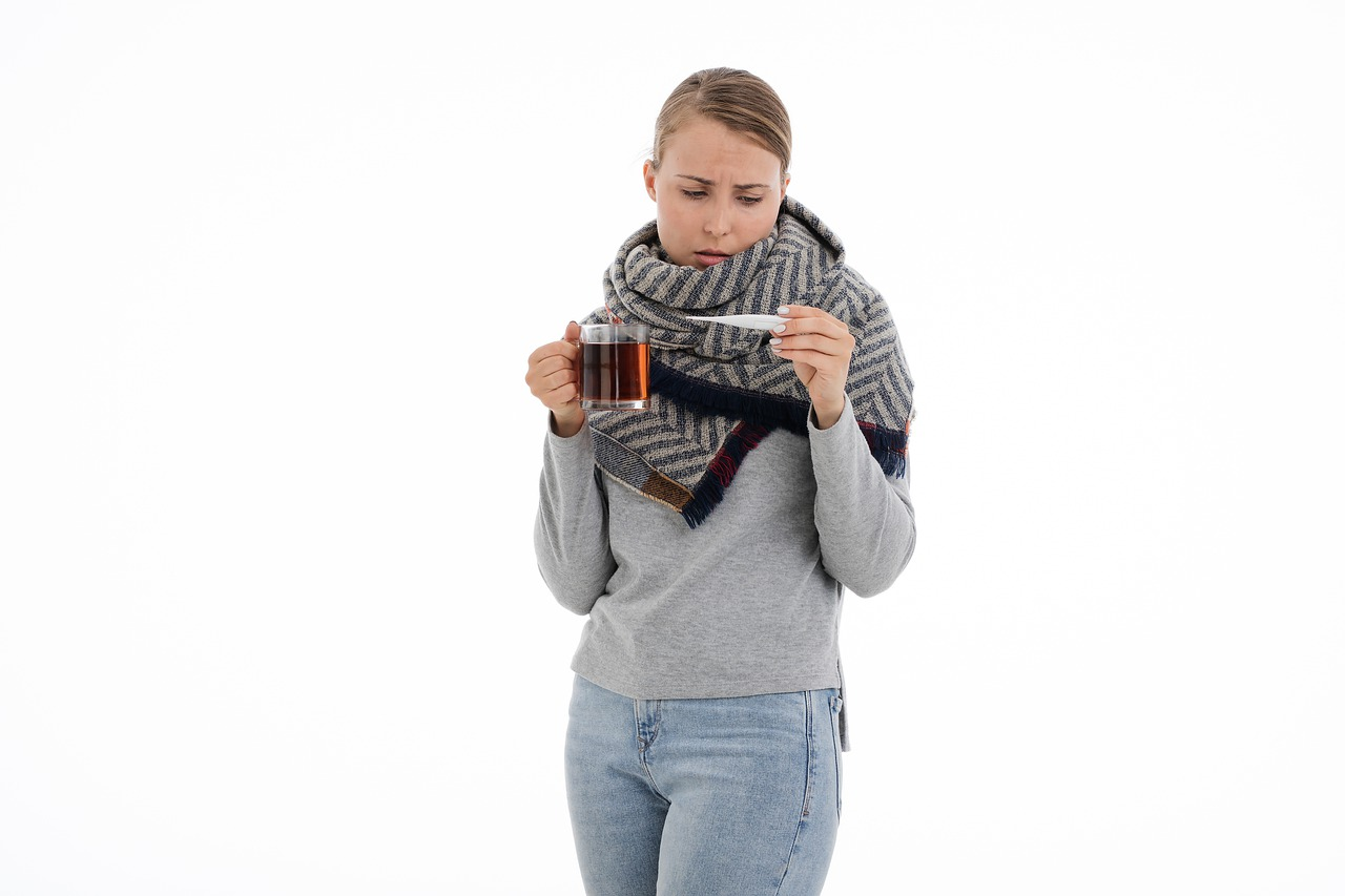 mujer enferma fiebre te gripe