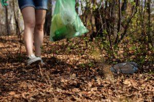 Botellas de usar y tirar en la naturaleza
