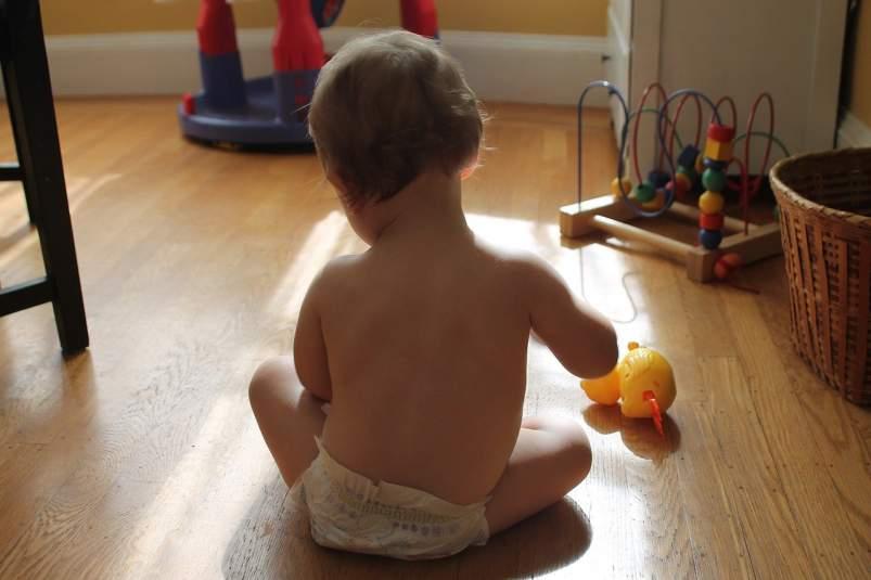 bebe juega en casa segura