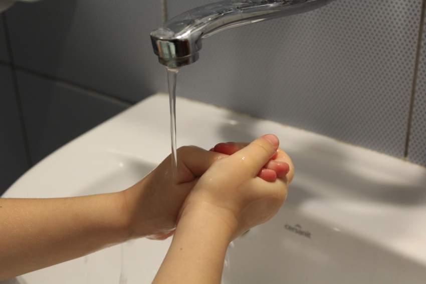 Ahorrar agua al lavarse las manos por consumo responsable