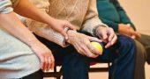 Persona mayor hace ejercicio con pelota