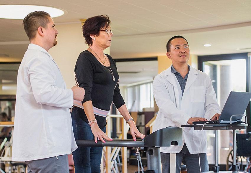Una mujer realiza una prueba esfuerzo por infarto