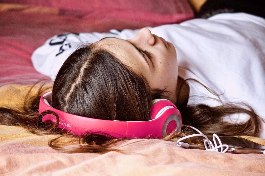 adolescente joven escucha musica aislamiento