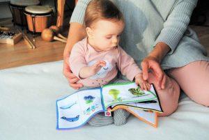 madre leer hijo cuarentena