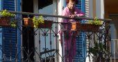 mujer ventana balcon sol