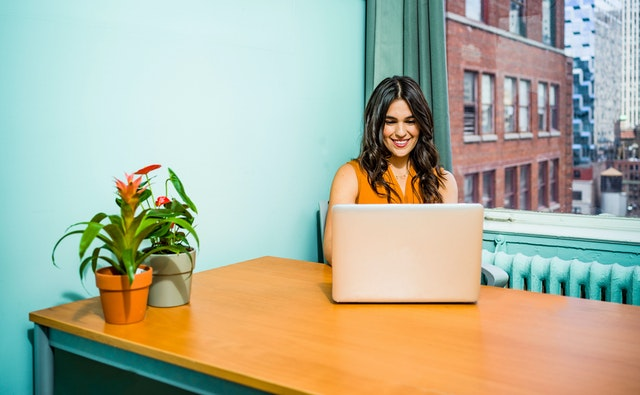 Woman using laptop 2422286