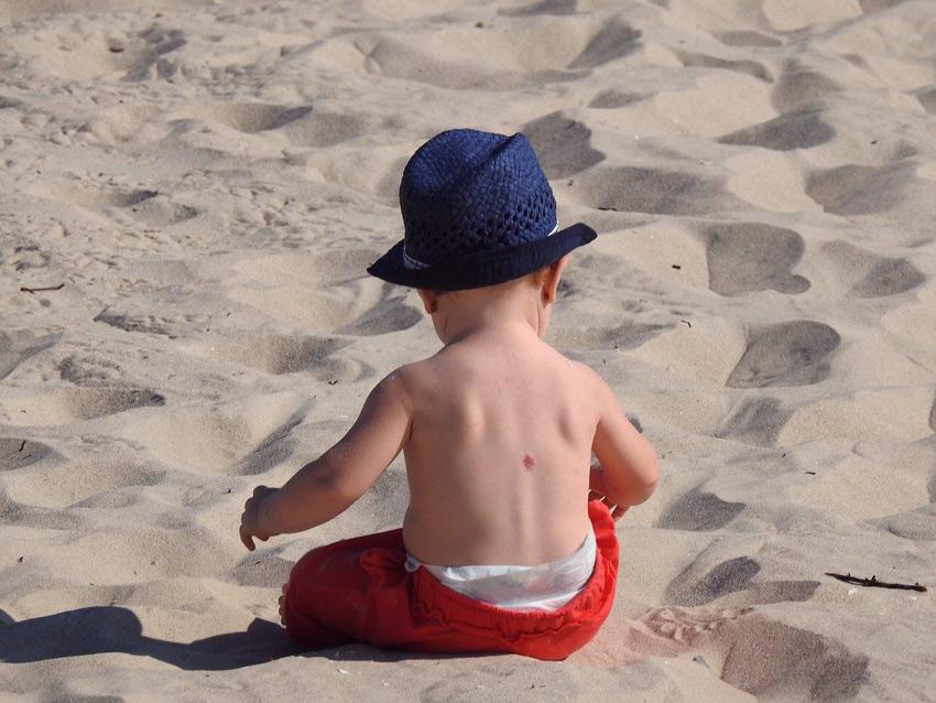 nino jugar arena playa