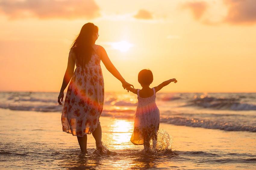 madre hija playa