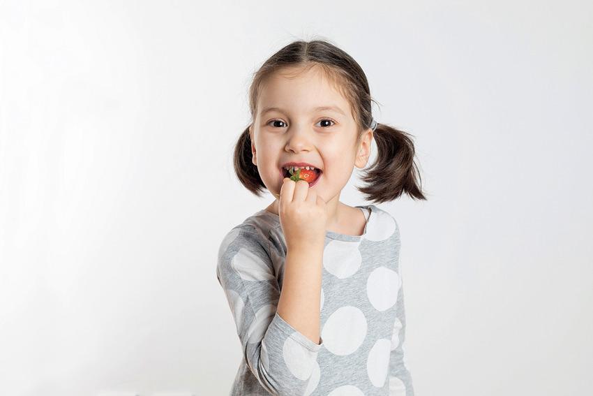 nina comiendo fruta