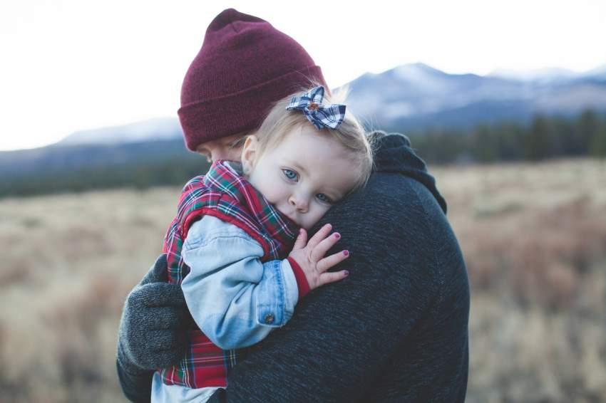 abrazo bebe padre