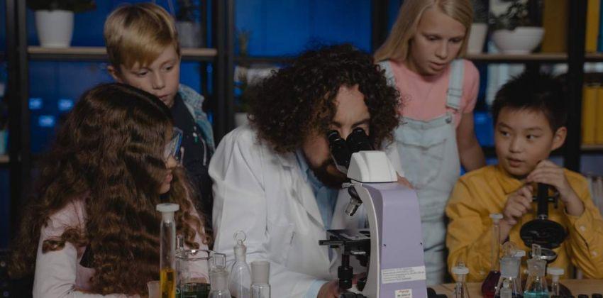 niños miroscopio bacteria