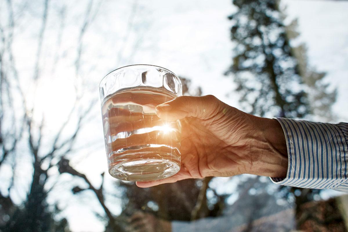 cuanta agua deben beber personas mayores
