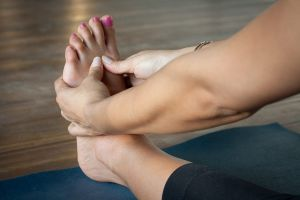 pies hinchados causas edema