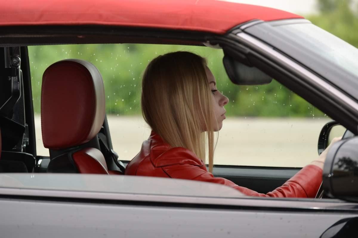 mujer conduccion