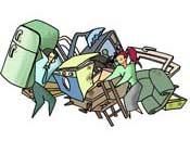 Una pareja echando unos muebles viejos en una cuneta de una carretera (vertedero incontrolado)