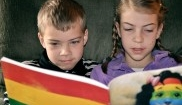 Ninos leyendo mono