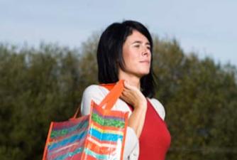 Edurne Pasaban con bolsa reutilizable