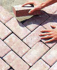 Cuidar el adoquinado del jard n eroski consumer for Decoracion de jardin con adoquin