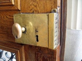 Puertas y ventanas m s seguras eroski consumer Puertas de madera decoradas