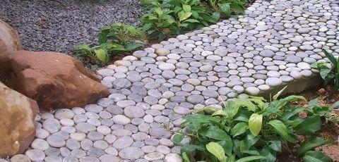 Cortar piedras para pavimentar el jard n eroski consumer for Piedras de rio para jardin