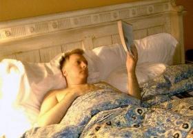 La cama para leer m s c modos con baldas y buena luz - Luz para leer en la cama ...