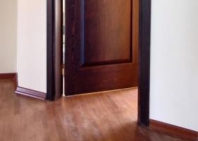 Decoracion mueble sofa puerta que roza en el suelo for Como arreglar una puerta de madera