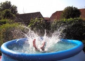 Una piscina en el jard n o la terraza eroski consumer - Piscina en terraza peso maximo ...