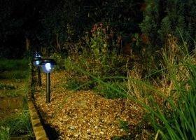 Bolardos de luz para iluminar el jard n eroski consumer - Eroski iluminacion ...