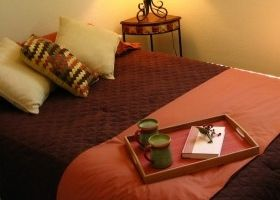 Una bandeja para desayunar en la cama eroski consumer - Mesitas para desayunar en la cama ...