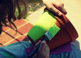 Pintar las macetas de terracota para decorar el hogar for Como pintar jarrones de ceramica