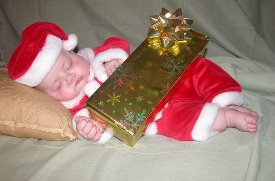 Un padre regala por Navidad a su hijo un peluche con la