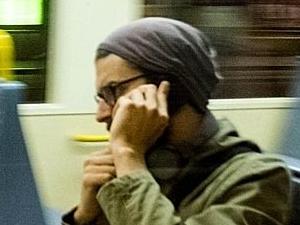 Hombre en el metro hablando por teléfono