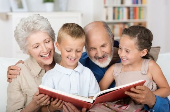 Abuelos con los nietos foto de archivo. Imagen de generación ...