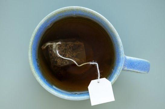 ¿Cuánto tiempo debe estar la bolsita de té en el agua?