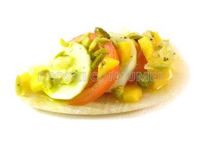 Ensalada de tomate, melocotón y pepino con aliño de encurtidos