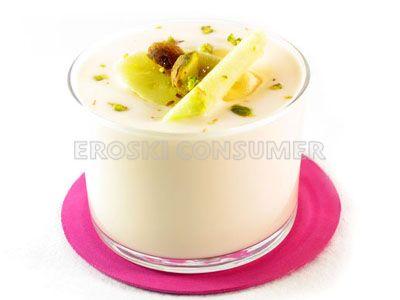 Yogur con trozos de plátano, pera y pistachos