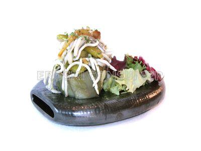Ensalada de alcachofas con gulas y ajetes tiernos