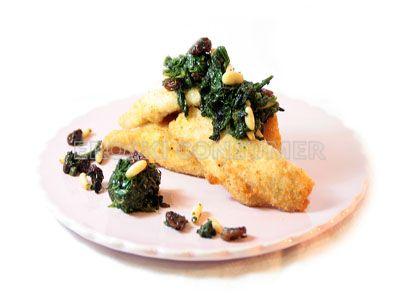 Filetes de pechuga de pavo con espinacas, pasas y piñones