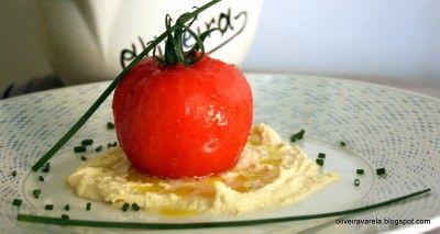 Tomate relleno de bacalao al pil-pil sobre humus