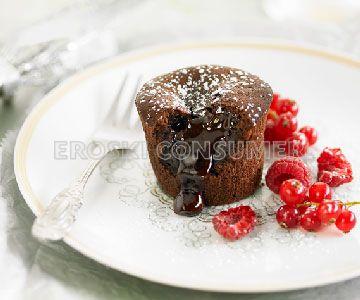 Pastel cremoso de chocolate, almendras y frutos rojos