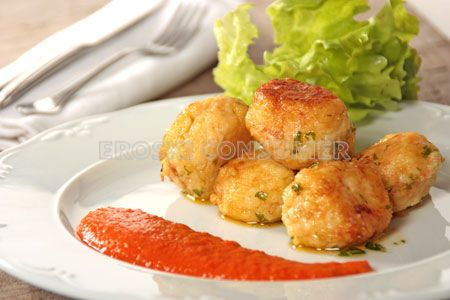 Albóndigas de bacalao con salsa de tomate