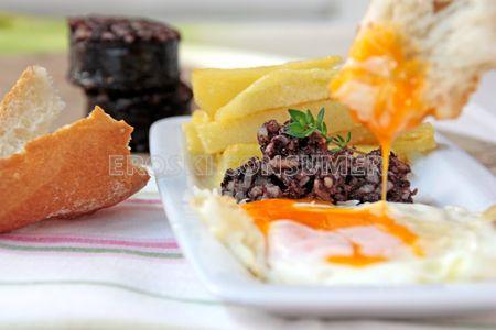 Receta de huevos fritos con patatas y morcilla