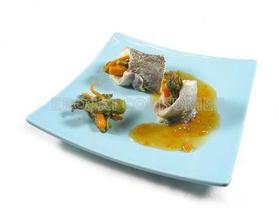 Dorada rellena de espárragos trigueros y zanahorias