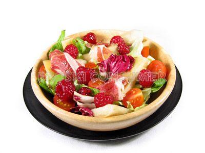 Ensalada sencilla con tomates cherry, paleta ibérica, pera conferencia y vinagreta de frambuesas