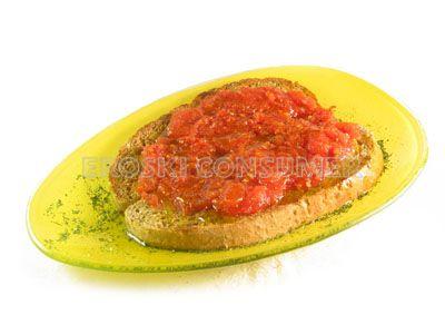 Tostadas de pan con tomate y finas hierbas